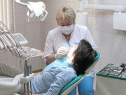 Стоматолог терапевт лечит зубы
