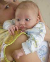 В случае если младенец постоянно плачет, при этом, подтягивая свои маленькие ножки к груди, значит, всему виной чрезмерное вздутие живота